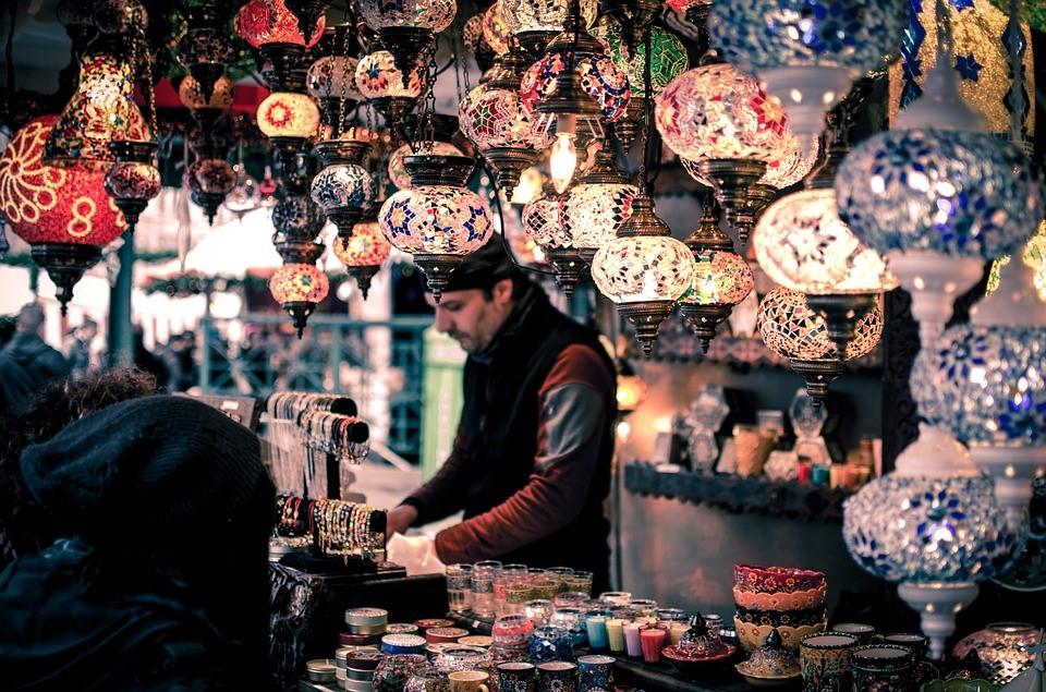 """Pan na bazarze. Podpis: """"Na bazarze w dzień targowy... ;)"""""""