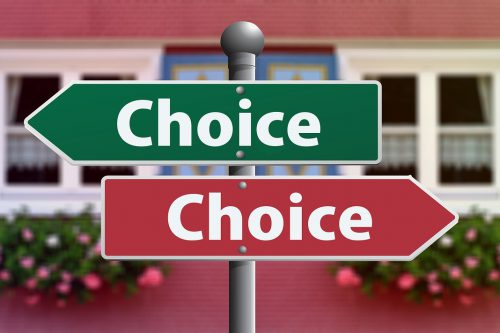 """Dwie strzałki (w przeciwne strony, zielona w lewo i czerwona w prawo) z napisem: """"Choice""""."""