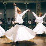 Tańczący derwisze. Tytuł artykułu: Harmonia w tureckim: usłysz i mów śpiewająco!