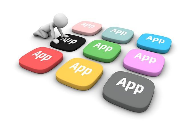 Ludzik przyciska kolorowe klawisze z napisem App. Podpis: Aplikacje, które pomogą opanować bułgarski na poziomie B1–B2, są także kluczem do poznania historii i kultury Bułgarii
