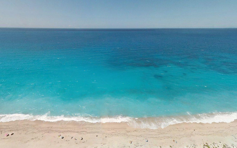 Zdjęcie plaży. Tytuł artykułu: Czy język kreolski to naprawdę język?