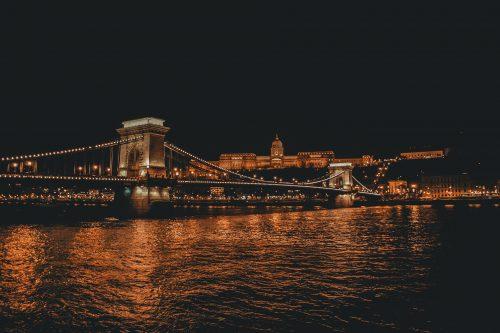 Budapeszt nocą. Tytułartykułu: Węgierski na poziomie A1–A2