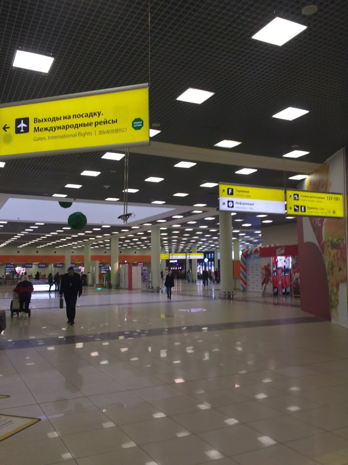 Napisy po rosyjsku i angielsku na lotnisku Moskwa-Szeremietiewo.